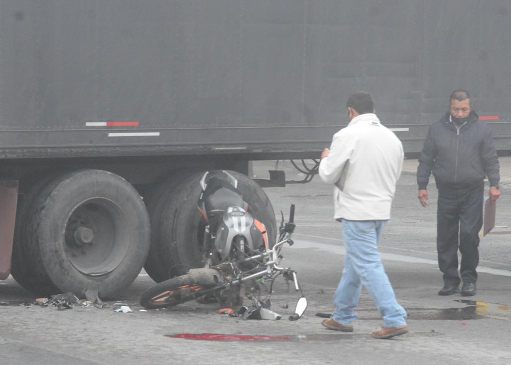 El trailer era negro y estaba atravesado