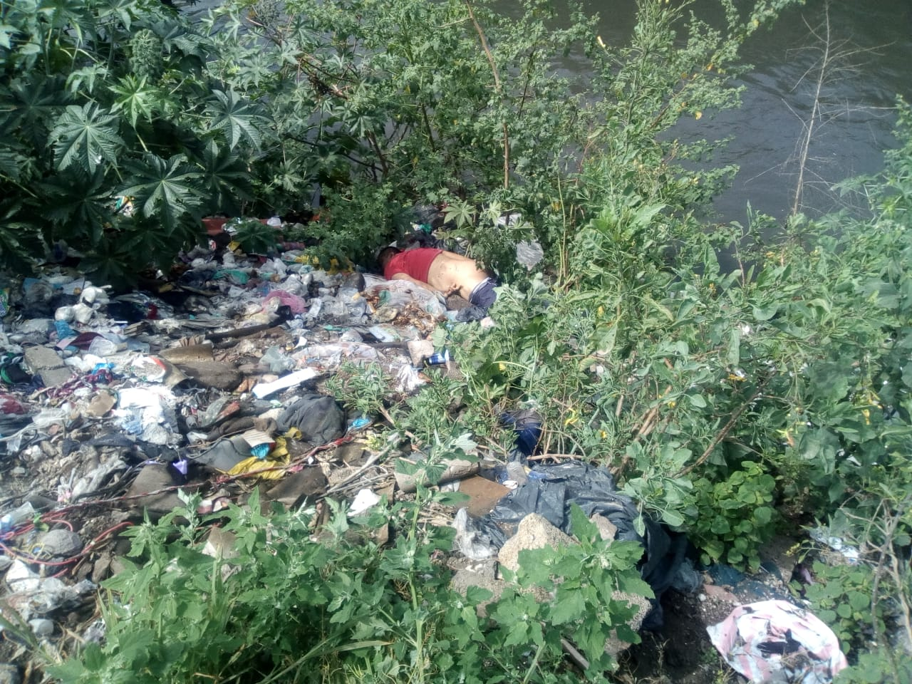 Encuentran cadáver al lado del canal de aguas negras
