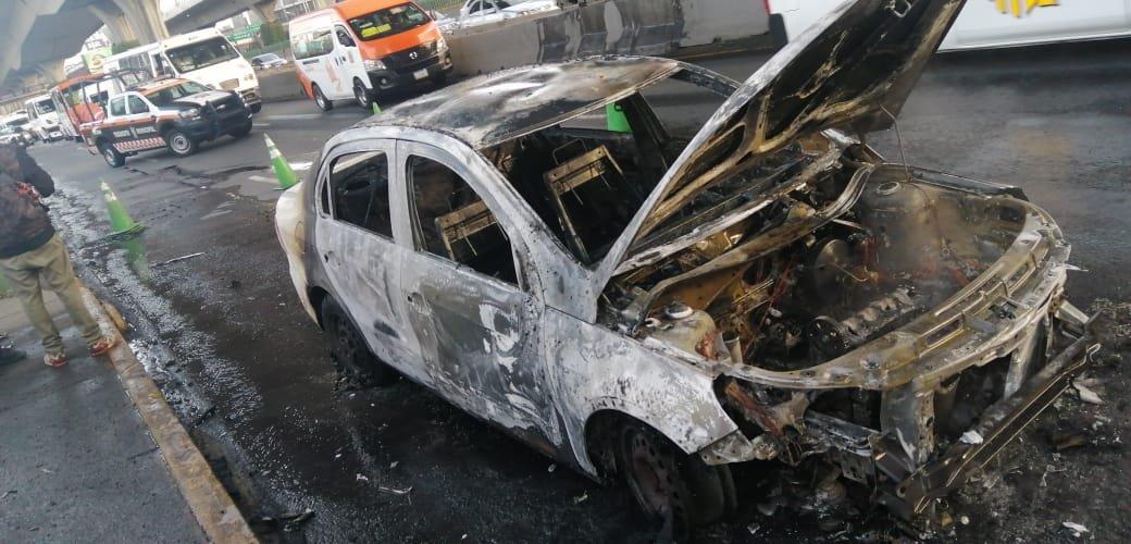 Un automóvil se incendio en Periférico