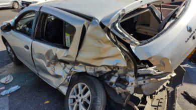 Camión impacta a auto