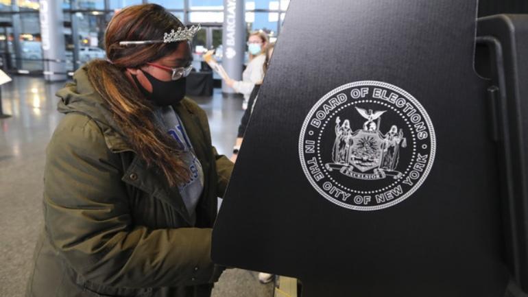 Mujer vota en las Elecciones en Estados Unidos
