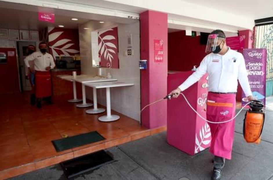 Restauranteros se prepararon los días anteriores para la reapertura hoy de sus instalaciones, siempre y cuando cumplan con las medidas sanitarias acordadas. Foto María Luisa Severiano