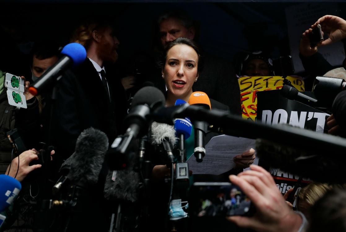La novia de Julian Assange, Stella Moris, habla a la prensa en Londres, después de la resolución judicial que determinó no extraditar al fundador de Wikileaks a Estados Unidos, el 4 de enero de 2021. Foto Ap