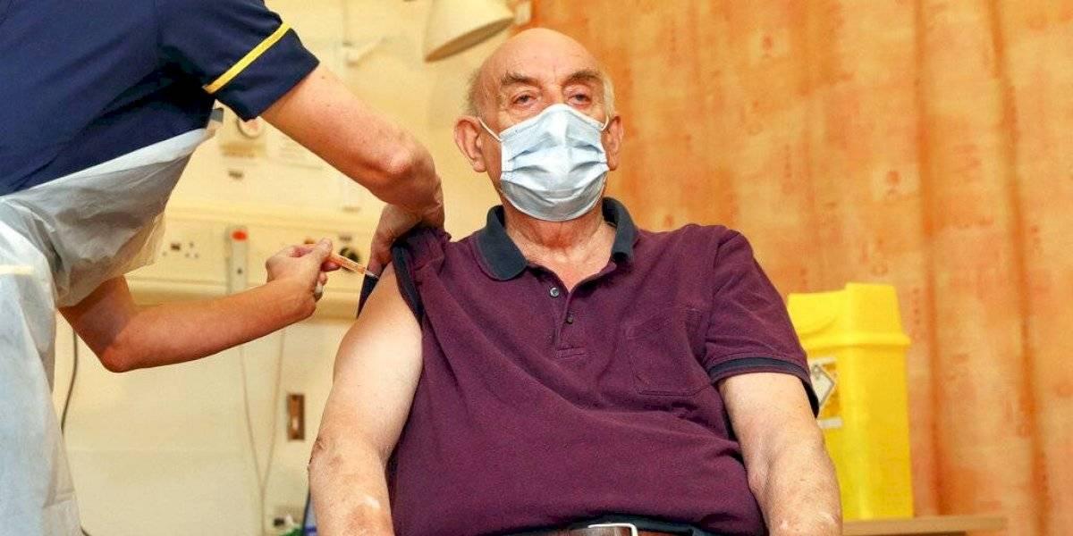 Brian Pinker, paciente de diálisis de 82 años, se convirtió en la primera persona en recibir la vacuna de AstraZeneca - AP