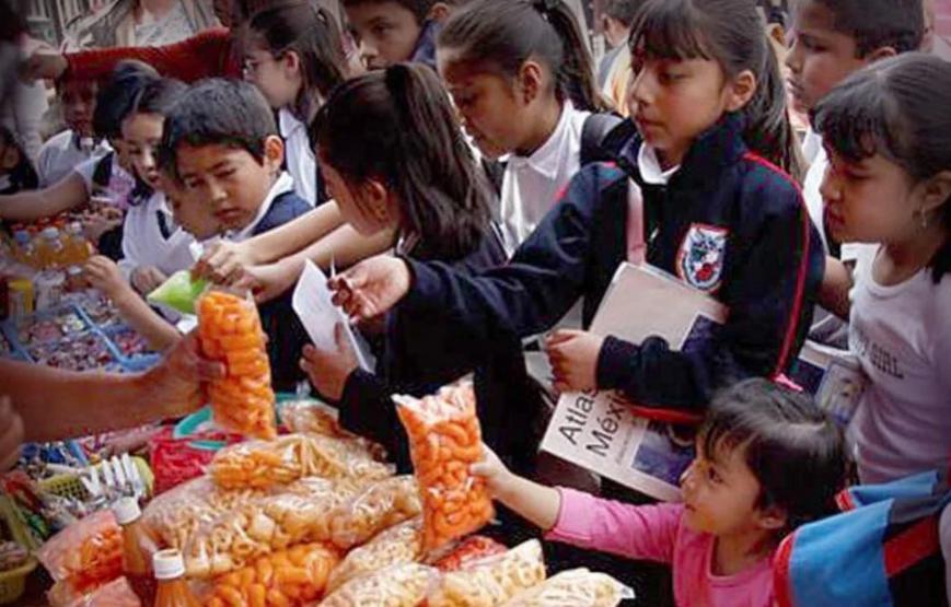 Venta de comida chatarra en una escuela pública