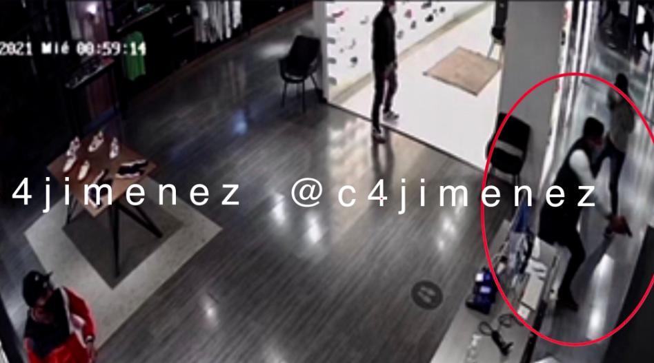 Asalto desata balacera en Reforma