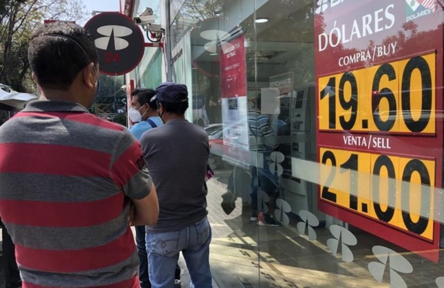 El tipo de cambio interbancario cerró la jornada con una fuerte depreciación de 1.63 por ciento o 33 centavos como consecuencia de factores externos y una mayor percepción de riesgo en México. Foto Luis Castillo / Archivo