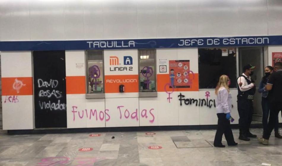 Encapuchadas hicieron pintas del Metro Revolución/Foto tomada de Twitter