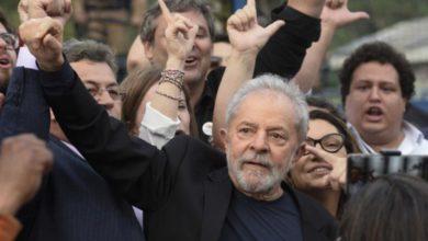 El ex presidente de Brasil, Luiz Inacio Lula da Silva, en Curitiba, en imagen del 8 de noviembre de 2019, a su salida de las oficinas de la Policía Federal. Foto Afp