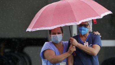 Trabajadoras de la salud esperan la llegada de una ambulancia con un paciente sospechoso de Covid-19, en el hospital HRAN de Brasilia, el pasado 8 de febrero de 2021. Foto Ap