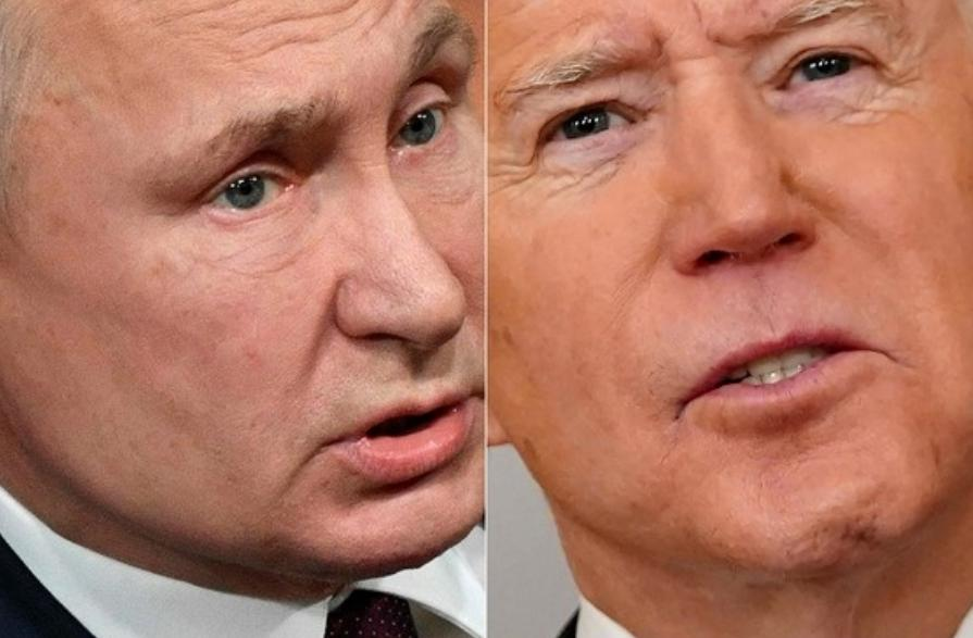 """El presidente ruso, Vladimir Putin, se burló de su homólogo estadunidense Joe Biden por haberlo tachado de """"asesino"""" la víspera. Foto Afp / Archivo"""
