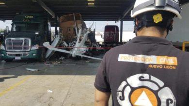 """La avioneta quedó al interior de una empresa de trailers en Ciénega de Flores"""", informó Protección Civil de Nuevo León en su cuenta de Twitter. Foto tomada de dicha red social @PC_NuevoLeon"""