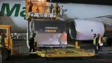 Momento de la descarga del cargamento con las vacunas. Foto tomada de un video difundido por @SSalud_mx
