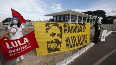 Simpatizantes del ex presidente brasileño Luiz Inácio Lula da Silva afuera del Supremo Tribunal Federal en Brasilia, el pasado 14 de abril de 2021. Foto Xinhua