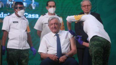 El presidente Andrés Manuel López Obrador recibe la vacuna contra Covid-19 a manos de una oficial del Ejército, durante la conferencia matutina del 20 de abril de 2021. Foto Luis Castillo