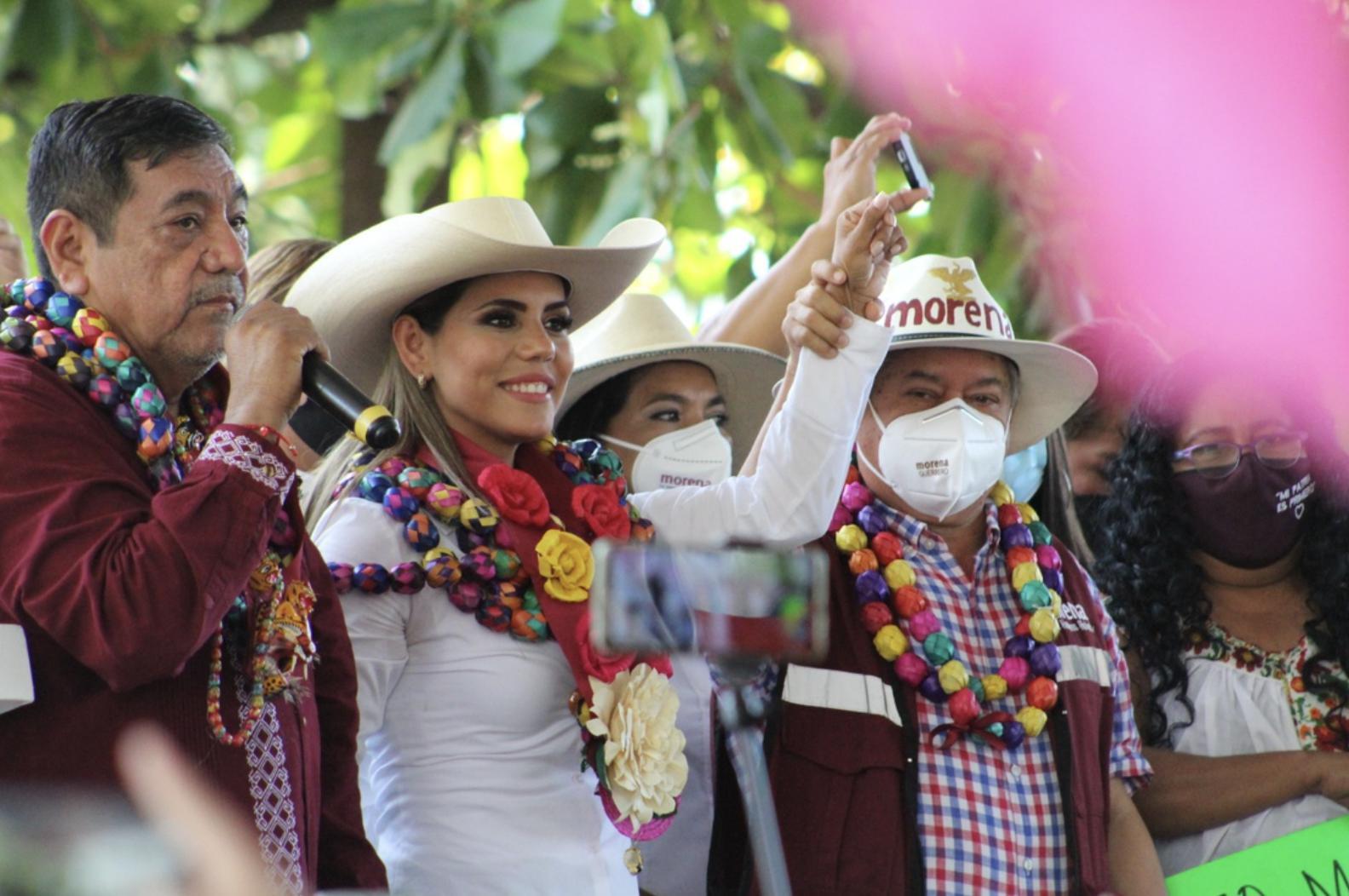 Evelyn Salgado Pineda durante su primer acto de campaña en Acapulco, Guerrero; la acompañó su padre, Félix Salgado Macedonio. Foto Héctor Briseño