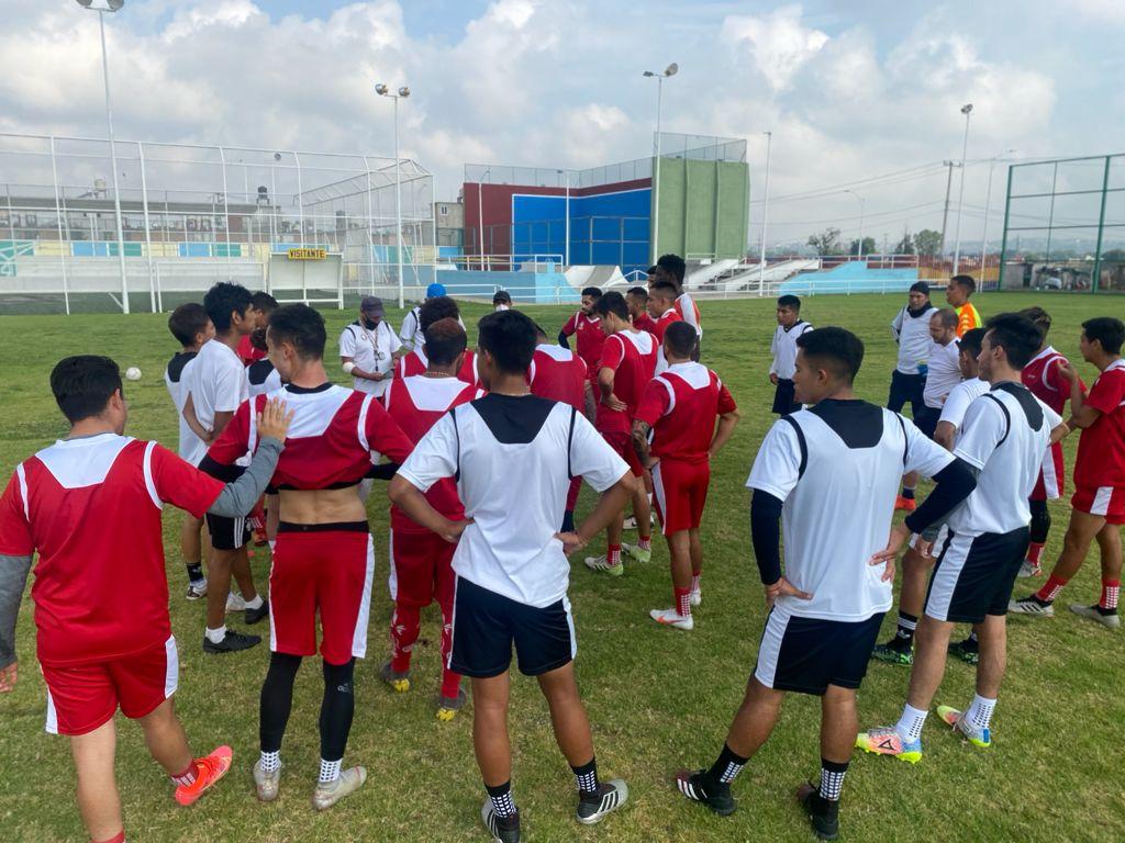 León presentó, de una manera original, a su nuevo entrenador Ariel Holan
