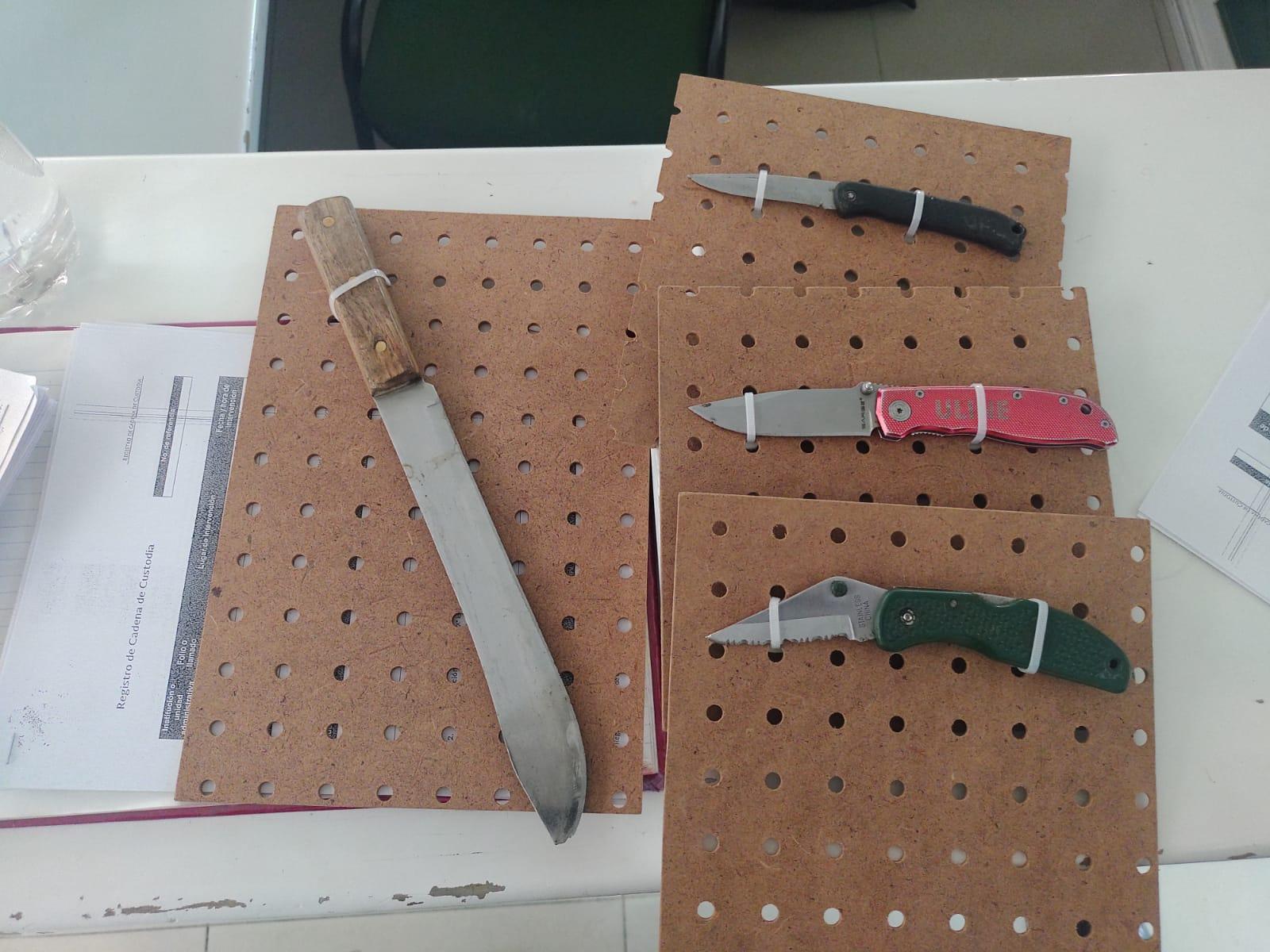 cuatro armas punzocortantes que les fueron decomisadas a los presuntos extorsionadores cuando cometían sus delitos.