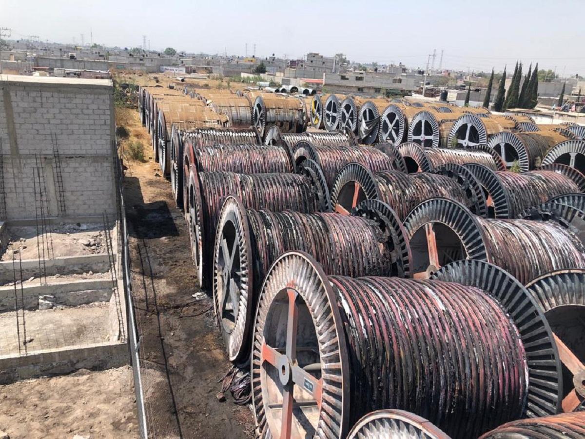 Cables de cobre en predio que se incendió en Tezoyuca y que puso en riesgo a cientos de familias
