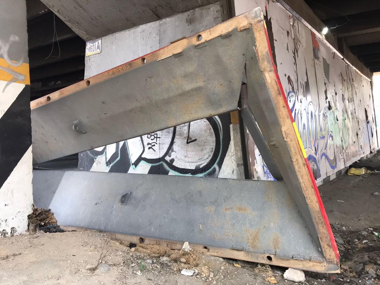 Elementos de Protección Civil de Tlalnepantla precisaron que la estructura se encontraba instalada sobre el puente vehicular