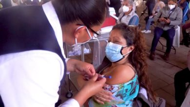 Enfermera aplica vacuna a ciudadana