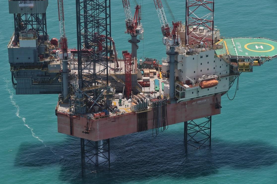 Plataformas petroleras en la sonda de Campeche. Foto Marco Peláez / Archivo