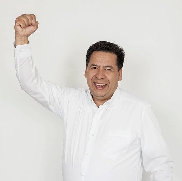 Jaime Heredia, candidato de Morena, con brazo levantado