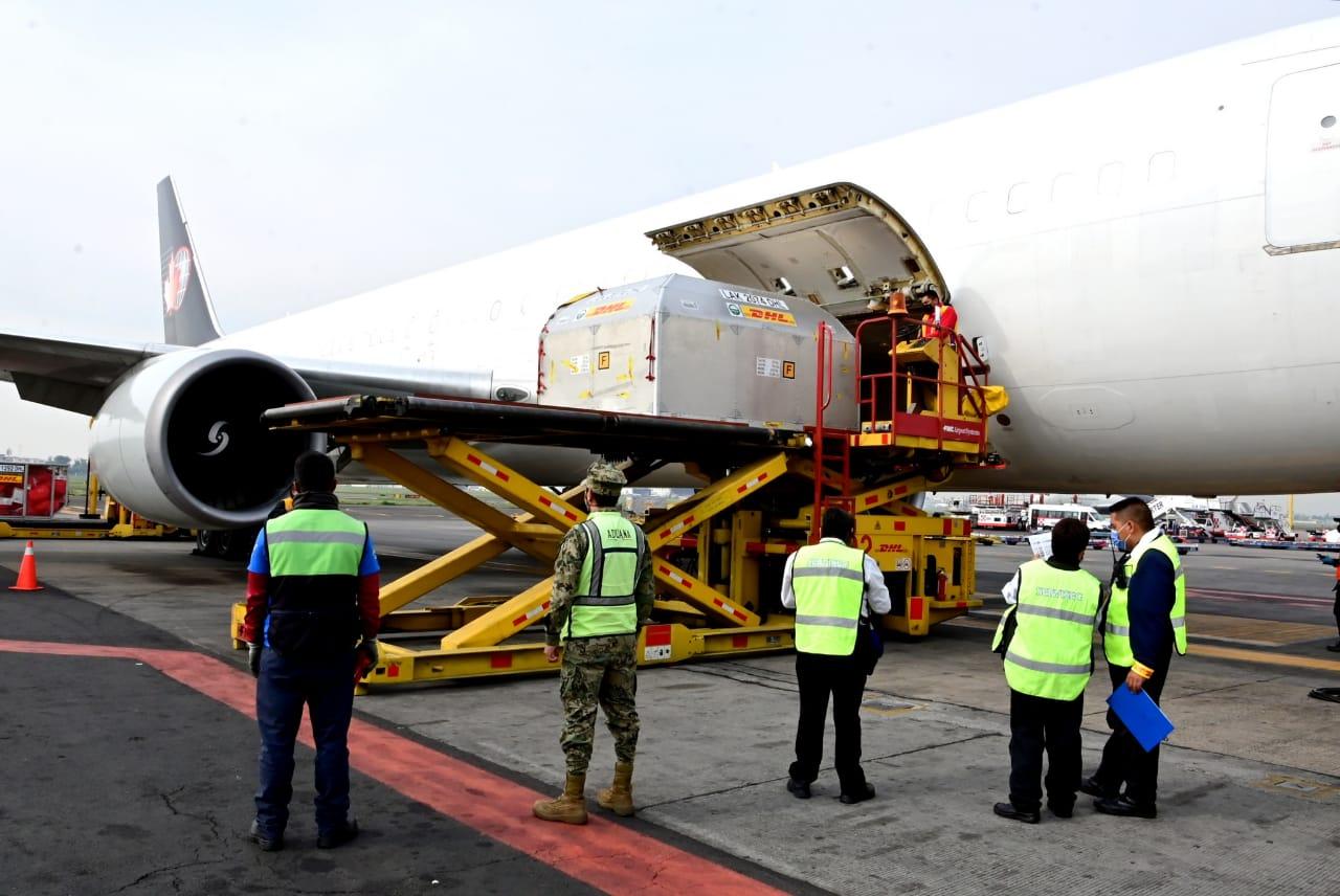 Aterrizaje del avión que transporta las vacunas Pfizer llegadas a México