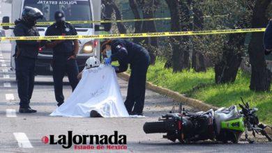 cuerpo de motociclista cubierto, elementos de seguridad pública resguardan la zona
