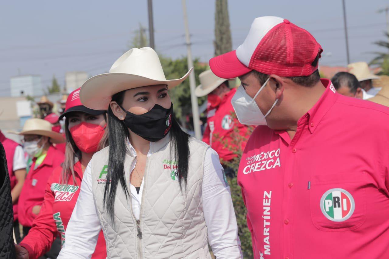Alejandra del Moral, dirigente estatal de PRI, en gira de trabajo en Ecatepec, acompañada por un compañero priista