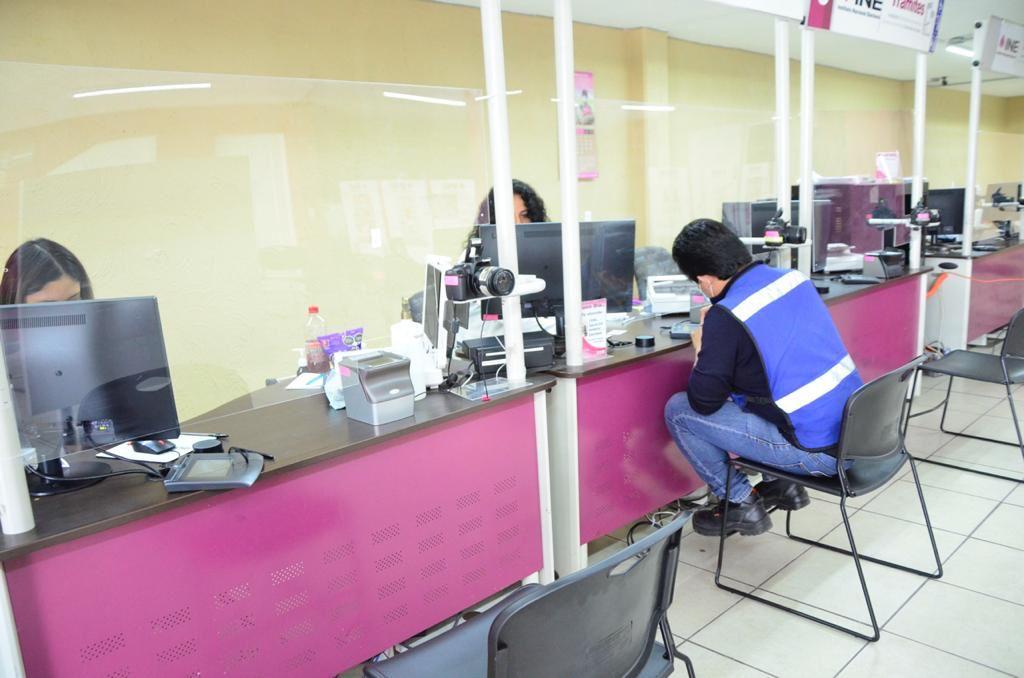 Mexiquense en oficina del INE en trámite de reimpresión de su credencial