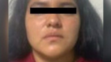 Mujer con playera roja vinculada por presuntamente haber asesinado un joven