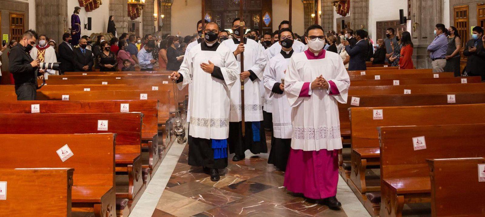 Sacerdotes y personal clérigo iniciando misa