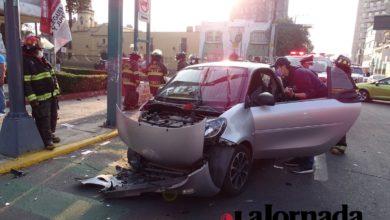 Vehículo Smart chocado, conducido por una mujer