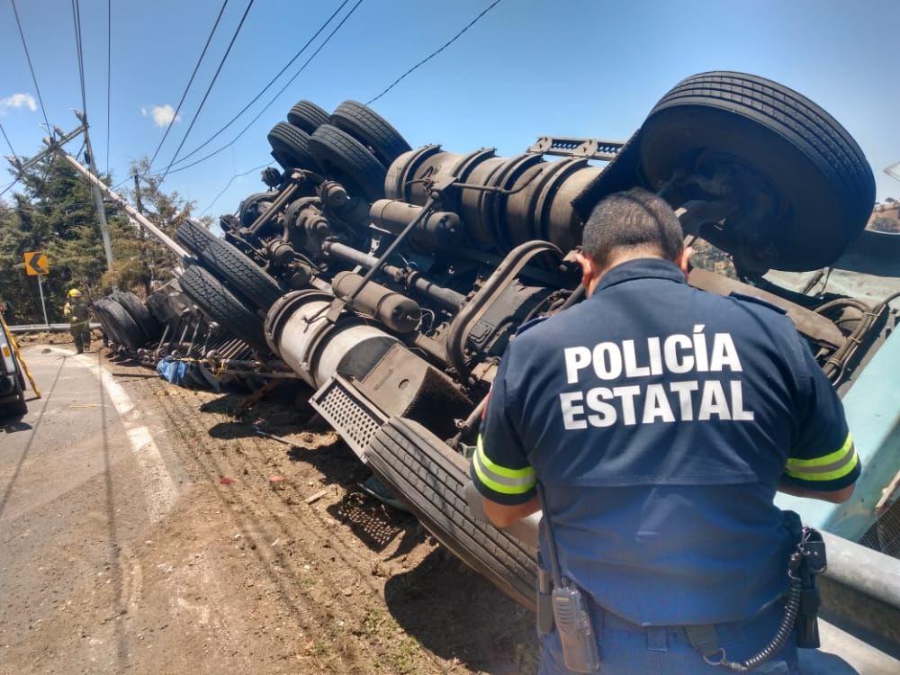 Policía estatal levanta datos de tráiler volcado