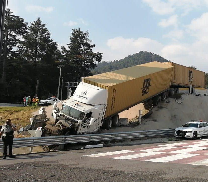 Personal de la Policía Federal resguarda la zona mientras que elementos de la Cruz Roja de Lerma realizan las maniobras para retirar el vehículo