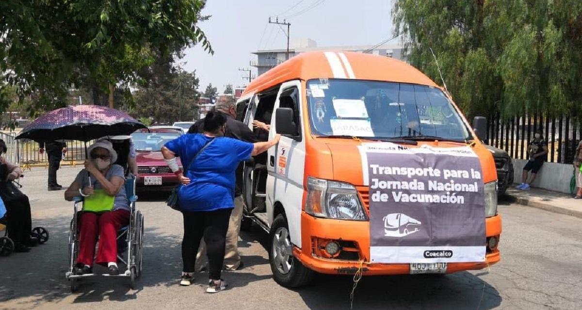 Usuarias del transporte público en Coacalco en dirección a los módulos de vacunación