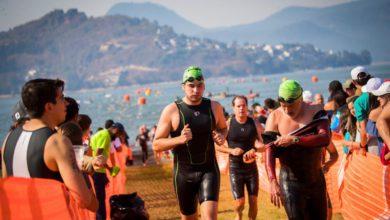 competidores corriendo con gorra verde