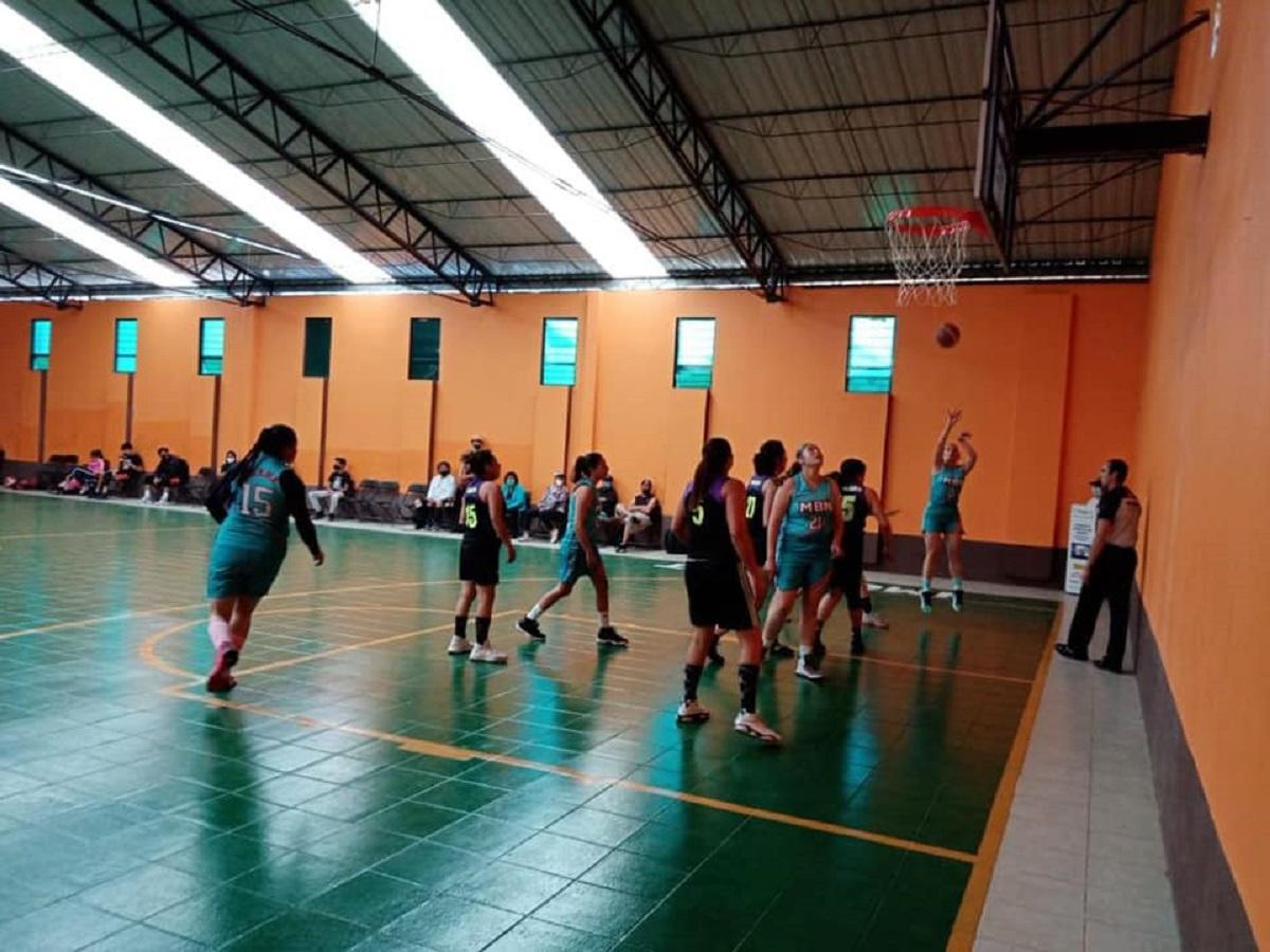 Jugadoras de basquetbol en torneo