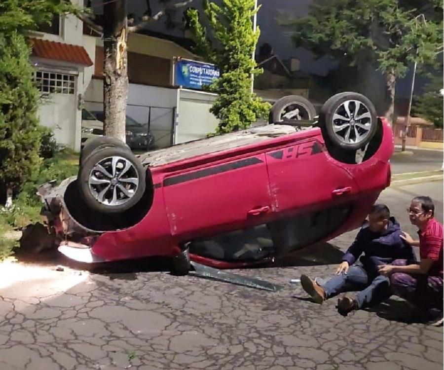 Automóvil rojo volcado en el municipiod e Metepec