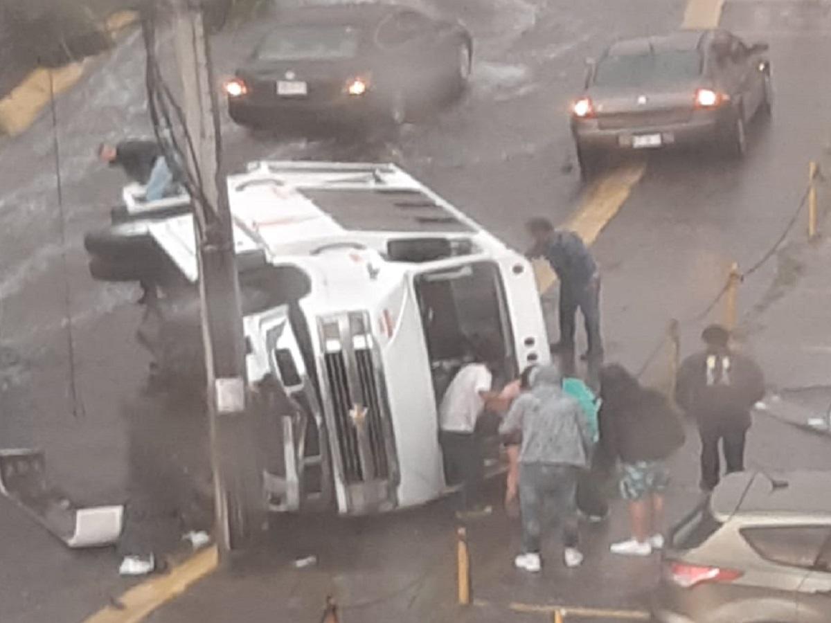 Microbús volcada en avenida de Atizapánd e Zaragoza
