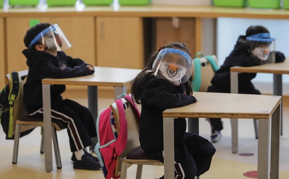 Niños en clase presencial
