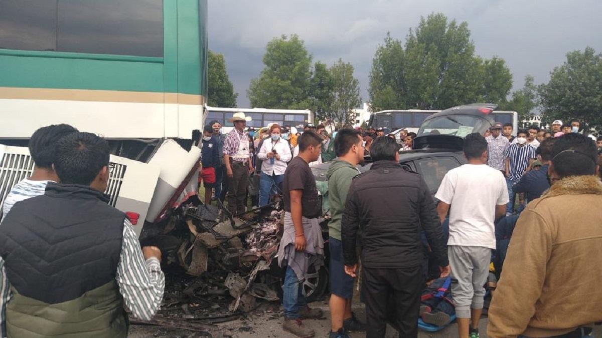El vehículo impactó contra la parte trasera de un autobús