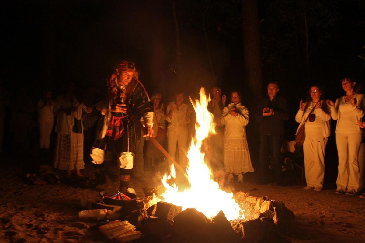 Danzando en torno al fuego