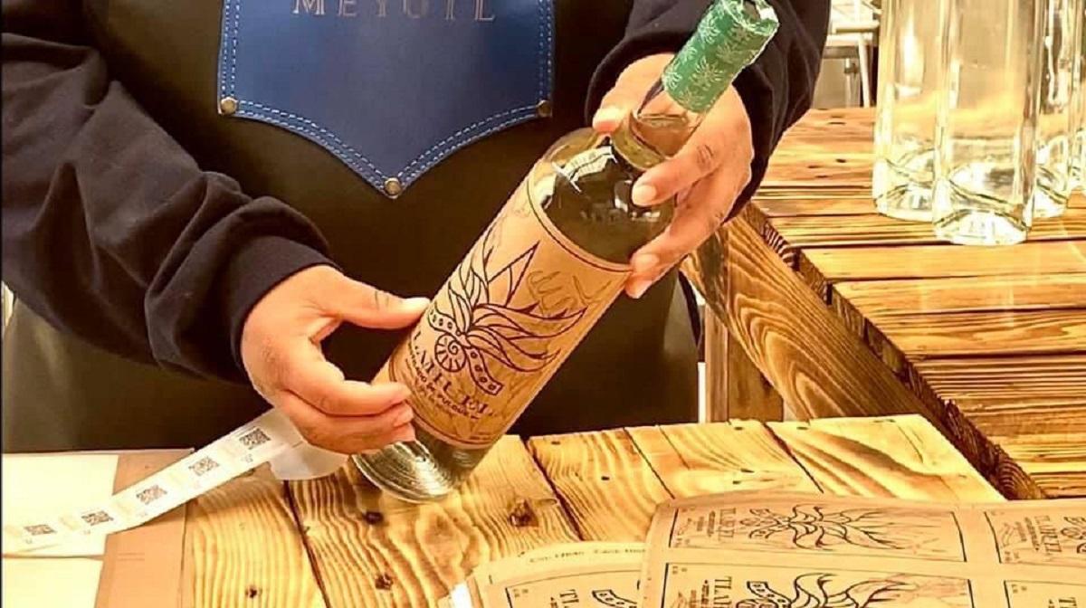Botella de pulque destilado premiado