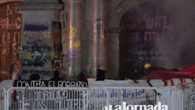 Entrada de la legislatura mexiquense quemada y con pintas