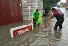 Trabajadores retirando agua
