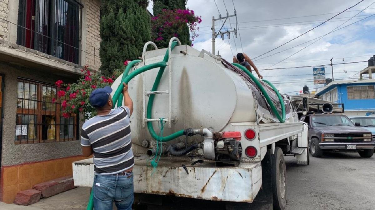 Trabajador distribuyendo agua