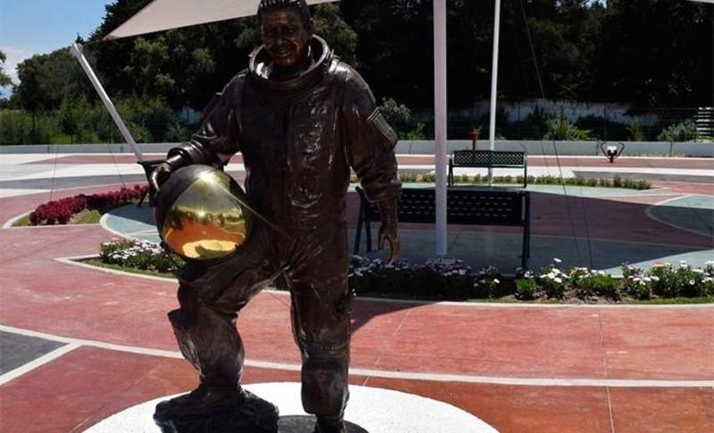 escultura de astronauta
