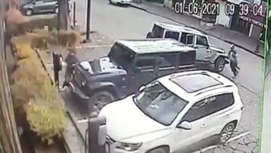 La camioneta tipo Jeep estacionándose de reversa mientras se acercan los presuntos maleantes